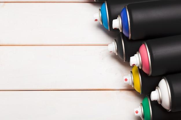 Puszki farby w sprayu z bliska