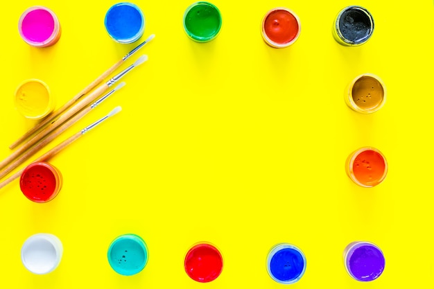 Puszki z farbą są ułożone w prostokąty wzdłuż krawędzi