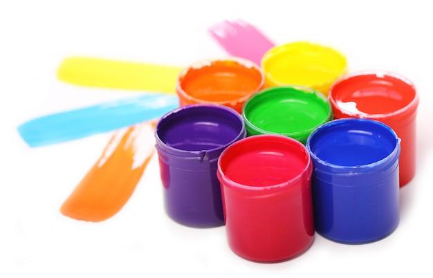 Puszki z kolorową farbą