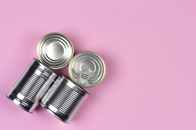 Puszki żywności dostaw kryzys zapas żywności dla okresu izolacji kwarantanny na różowym tle