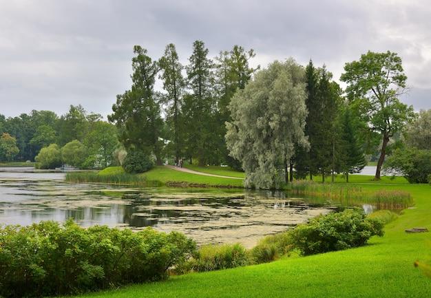 Puszkin sankt petersburg rosja09032020 brzeg wielkiego stawu w parku katarzyny