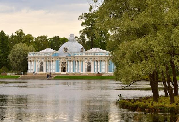 Puszkin sankt petersburg rosja09032020 grotto pavilion elegancki budynek na brzegu