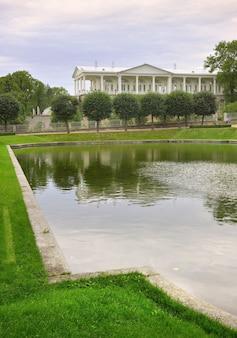 Puszkin sankt petersburg rosja09032020 lustrzany staw w catherine park galeria camerons