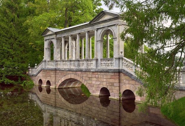 Puszkin sankt petersburg rosja09032020 marmurowy most pawilon ogrodowy w parku katarzyny