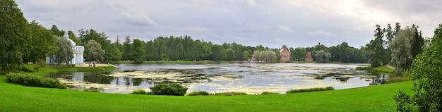 Puszkin sankt petersburg rosja09032020 panorama wielkiego stawu w parku katarzyny