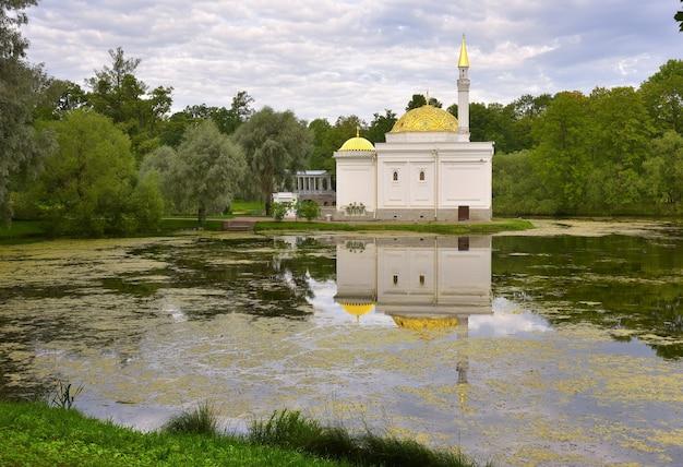 Puszkin sankt petersburg rosja09032020 pawilon łaźni tureckiej stylizowany budynek na brzegu