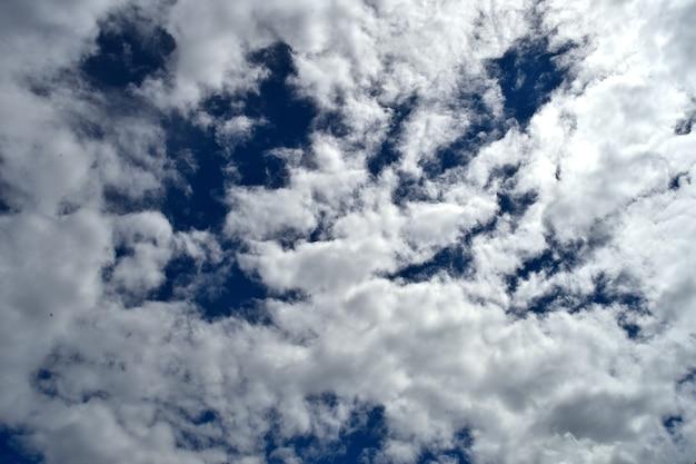 Puszyste białe chmury na ciemnoniebieskim niebie