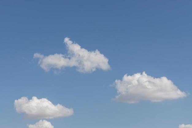 Puszyste chmury i tło błękitnego nieba