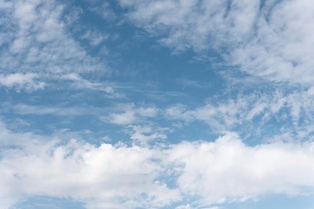 Puszyste chmury na niebie