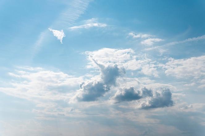 Puszyste chmury na niebieskim niebie