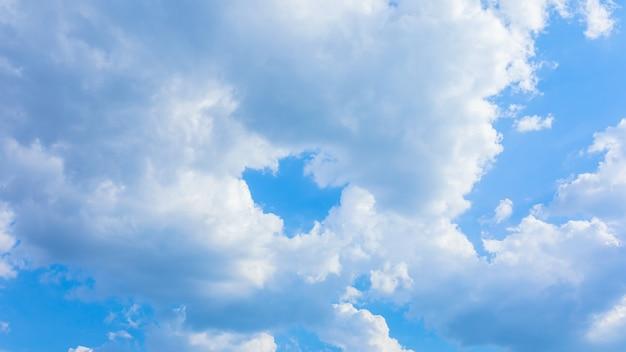 Puszyste chmury na tle błękitnego nieba