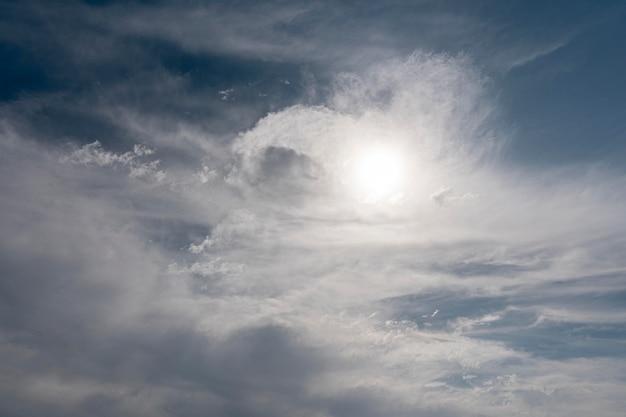 Puszyste chmury na wietrznym niebie ze słońcem