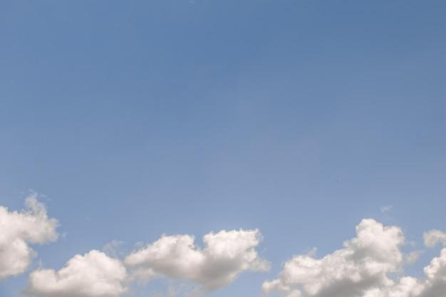 Puszyste chmury w niebieskim niebie
