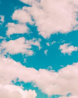 Puszyste małe chmury