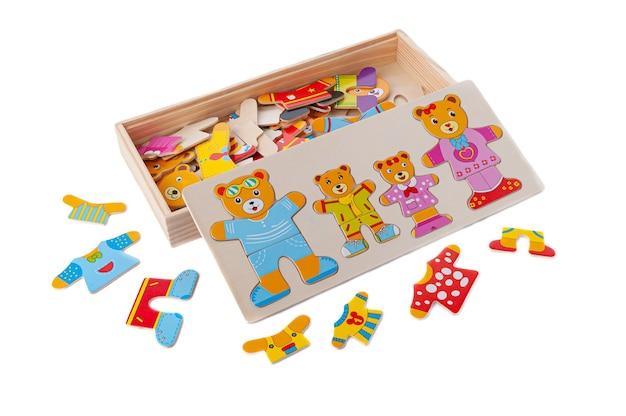 Puzzle śmieszne misie wykonane z drewna. w pudełku. zabawka edukacyjna montessori. białe tło. zbliżenie.
