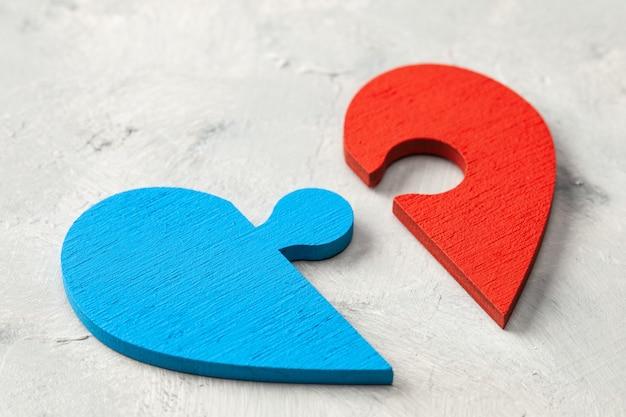Puzzle z sercem dwie połówki serca, mężczyzna i kobieta, szukają siebie nawzajem dwie części miłości