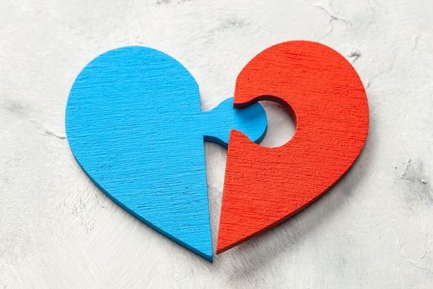 Puzzle z sercem dwie połówki serca mężczyzny i kobiety połączyły się. dwie części miłości. para kochanków.