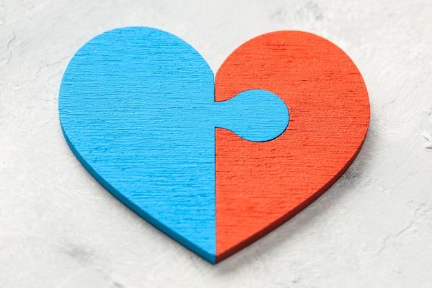 Puzzle z sercem dwie połówki serca połączone razem dwie części miłości para zakochanych