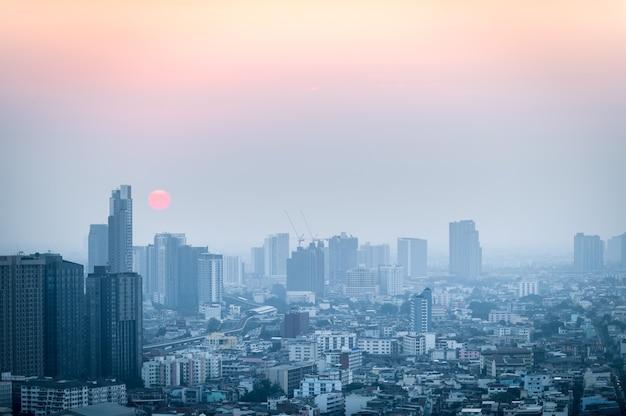 Pył pm 2,5 w bangkoku, stolica pokryta ciężkim smogiem, zachód słońca w centrum miasta ze złym zanieczyszczeniem powietrza, miejsce zagrożone rakiem, problem środowiskowy
