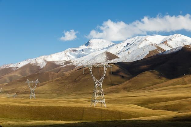 Pylon energii elektrycznej, linie energetyczne w górach, kirgistan, przełęcz kyzart, dystrykt kochkor, naryn