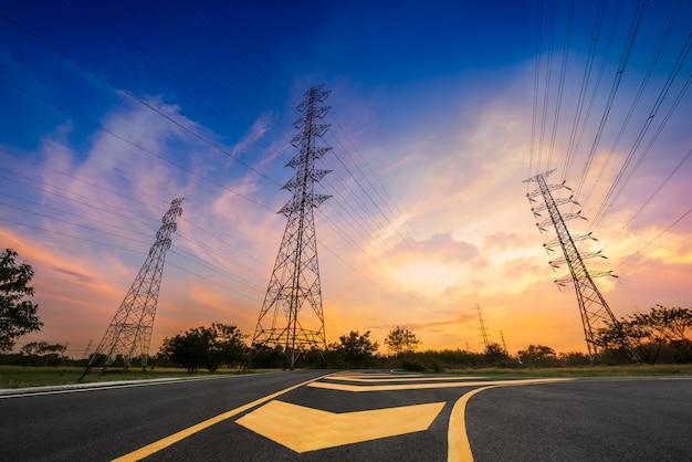 Pylon energii elektrycznej na zachód słońca