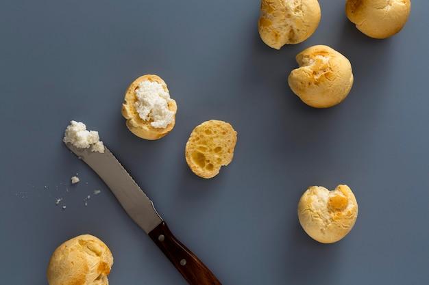 Pyszna aranżacja chleba serowego