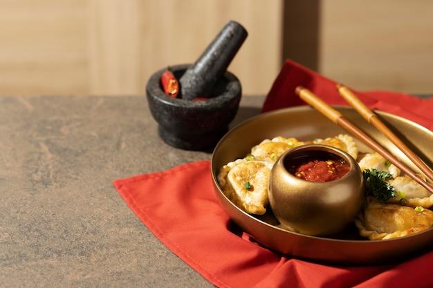 Pyszna aranżacja naczynia sambal z miejscem na kopię