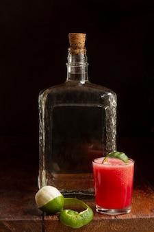 Pyszna aranżacja napojów alkoholowych mezcal