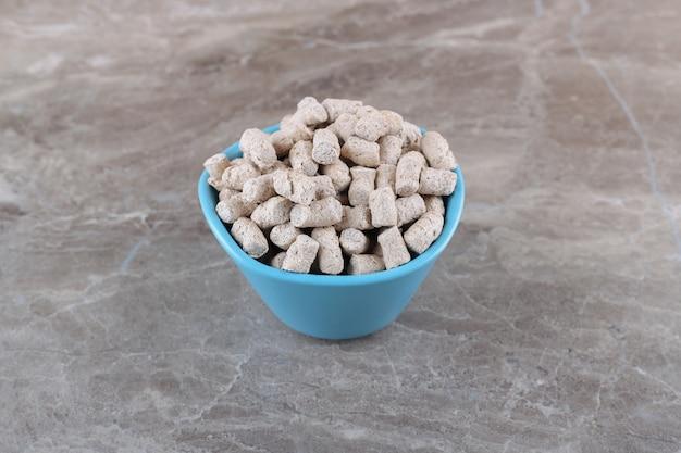 Pyszna bułka tarta w misce, na marmurowej powierzchni