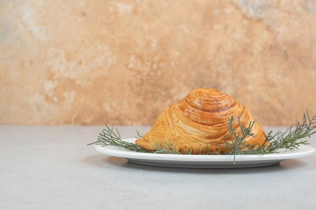 Pyszna bułka z mięsem i marchewką na białej powierzchni