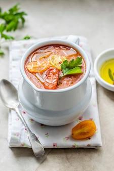 Pyszna czerwona zupa pomidorowa