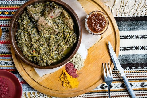 Pyszna europejska i słowiańska kuchnia na dużym stole czeka na gości. stół z jedzeniem i widokiem z góry