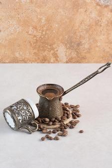 Pyszna filiżanka aromatu filiżanka świeżych ziaren kawy. zdjęcie wysokiej jakości