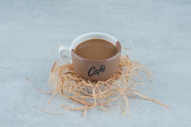 Pyszna filiżanka aromatycznej kawy na sianie. zdjęcie wysokiej jakości