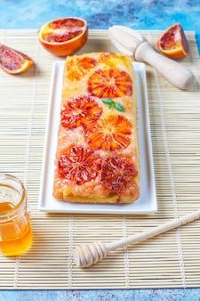 Pyszna francuska tarta deserowa z czerwoną pomarańczą.