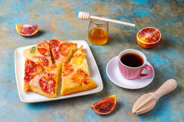 Pyszna francuska tarta deserowa z krwistą pomarańczą.