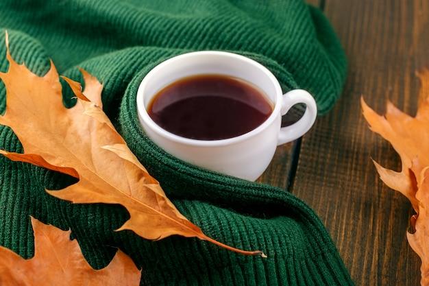Pyszna gorąca kawa. pojęcie jesieni, martwej natury, relaksu, nauki.
