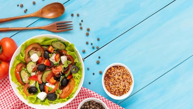 Pyszna grecka sałatka ze świeżych pomidorów, ogórków i ziół z serem feta.