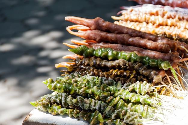 Pyszna gruzińska słodycz churchchel na rynku. orientalne słodycze na bazarze