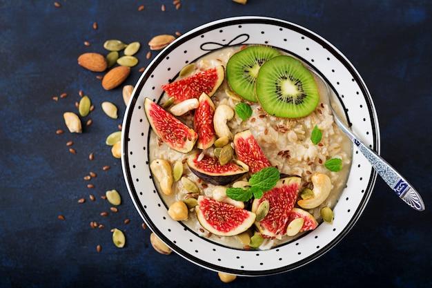 Pyszna i zdrowa owsianka z figami, orzechami, kiwi i nasionami