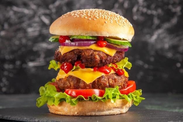 Pyszna kanapka mięsna z zielonymi pomidorami na ciemnej powierzchni z bliska strzał