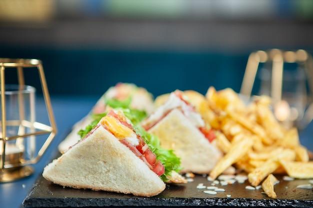 Pyszna kanapka z bekonem ze świeżymi warzywami. szybkie odżywianie