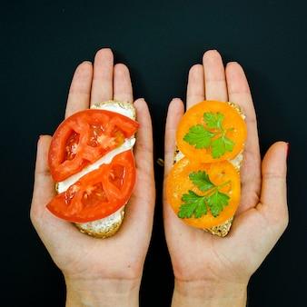 Pyszna kanapka z ekologicznym chlebem i pomidorem