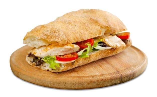 Pyszna kanapka z mięsem, szynką i serem