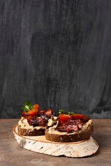 Pyszna kanapka z pomidorami i boczkiem