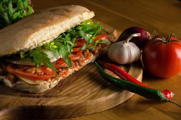 Pyszna kanapka ze świeżymi warzywami ciabatta