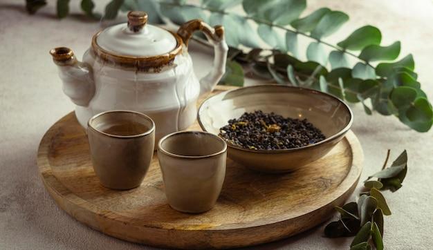Pyszna kompozycja gorącej herbaty i ziół