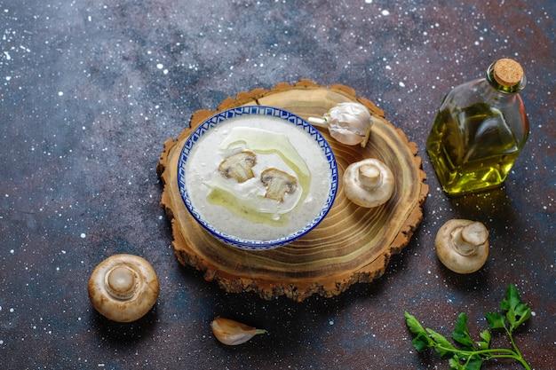 Pyszna kremowa zupa grzybowa, widok z góry