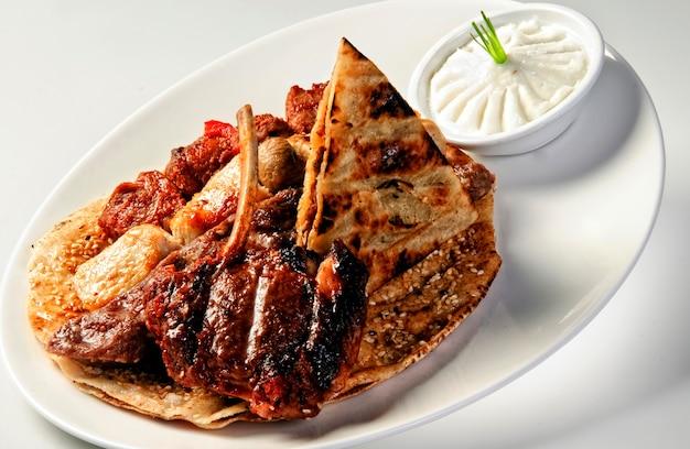 Pyszna kuchnia arabska, ryż mandi podawany z mięsem jagnięcym - lahm w arabskiej restauracji w sharjah zea