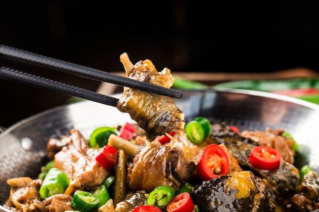 Pyszna kuchnia chińska, żółw w miękkiej skorupie duszony z kurczakiem w garnku